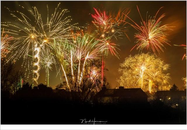 Hier zijn meerdere foto's samengevoegd om veel vuurwerk in beeld te krijgen (67mm brandpunt | ISO400 | f/8 | meerdere opnamen van 3,2 seconden belichting)