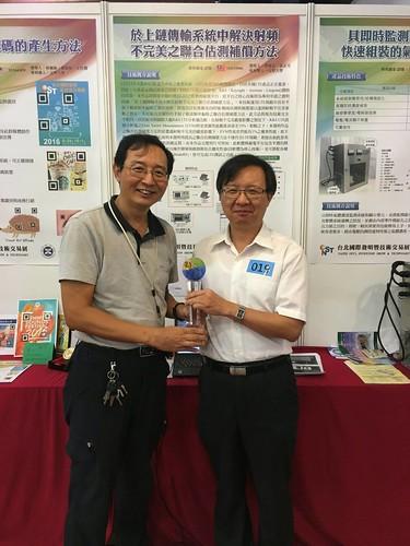 通訊系教授黃正光及鄧俊宏(由左至右)獲鉑金獎殊榮