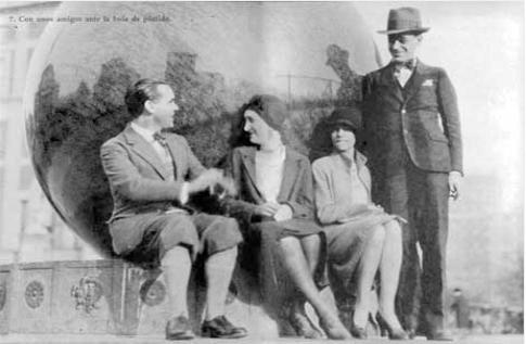16k08 Lorca con Antonia Rivas Blair y unos amigos sin identificar ante la bola de pórfido en la entrada de la Bibilioteca de la Universidad de Columbia