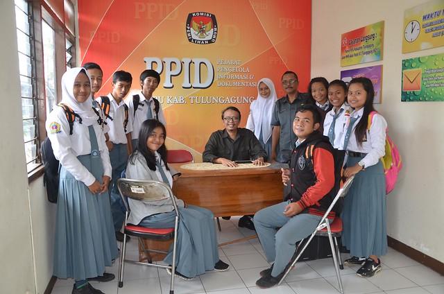 Siswa  SMA Negeri 1 Tulungagung berkunjung ke ruang PPID KPU Tulungagung(21/11)