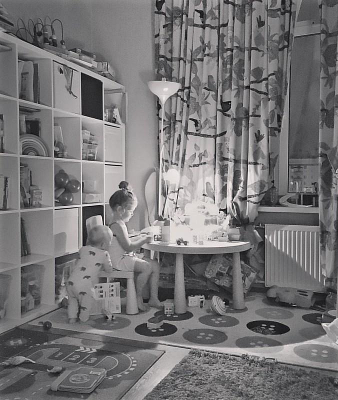 Настя – принцесса домашнего уюта 👸 все расставит, включит свет, как лучше всем стулья расставит, подушки разложит, плед. И сибаритствует, пока сестра всё не сломает 🚧 p.s. а вы знаете, что в инстаграме появились черновики?