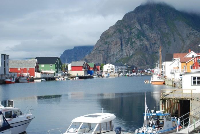 El mar pasando por el centro de Henningsvær