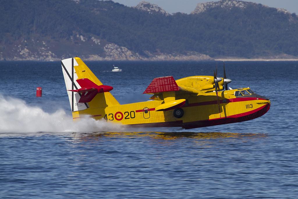 Canadair del Grupo 43 alzando el vuelo