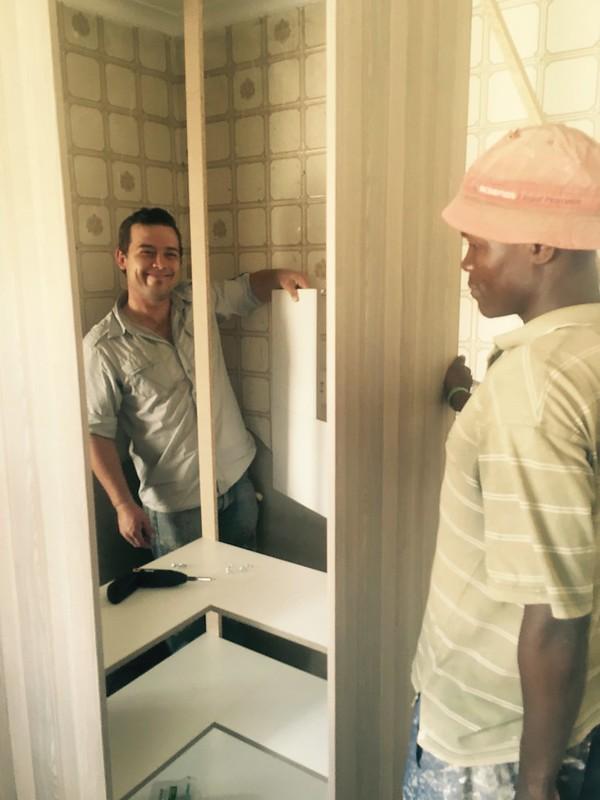 Kitchen renovation: the designer installing the cupboards
