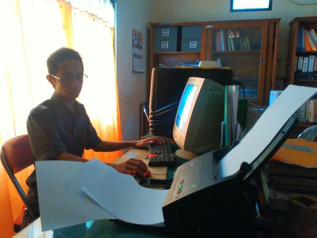 Staf Sekretariat KPU Kab.Tulungagung saat melakukan scan data hasil pemilu