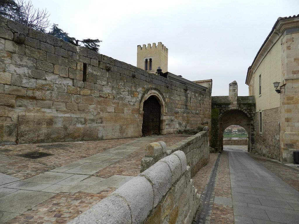 Puerta del Obispo Casa del Cid Palacio de Arias Gonzalo Zamora 02