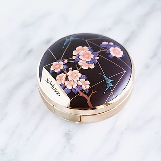 Hello pretty! I liked my @sulwhasoo_us Perfecting Cushion Brightening so much that I decided to give the regular Perfecting Cushion a try! It was also hard to resist this gorgeous limited edition packaging!