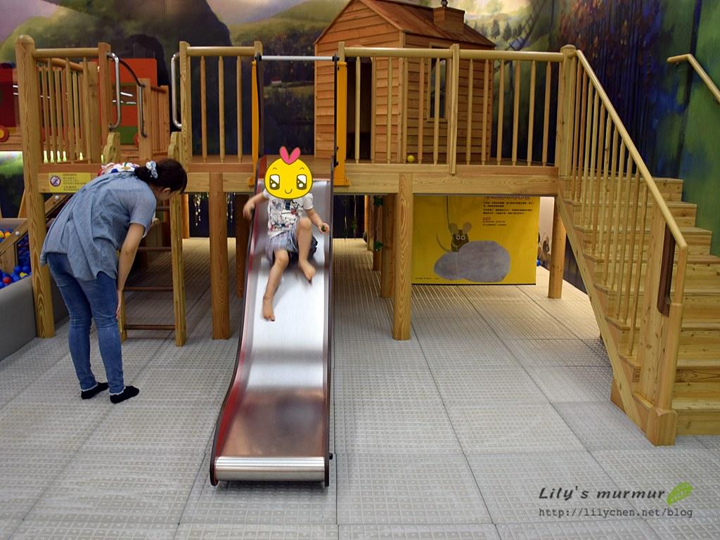 木製樓梯與溜滑梯平台,地上的軟墊也很安全。