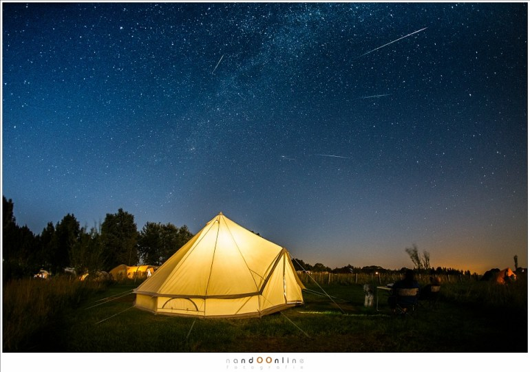 Bij de tent vallende sterren fotografen, gewoon vanaf de camping in Friesland. Het maanlicht zorgt voor heel wat