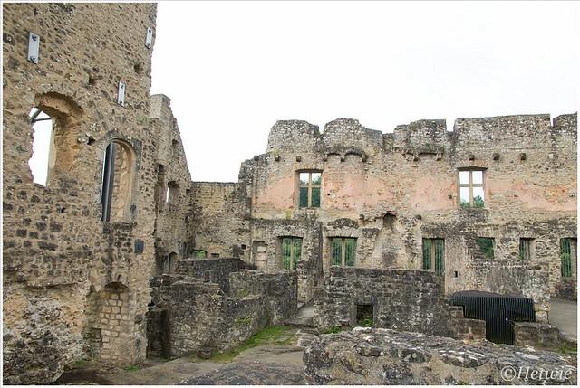 De ruïne van kasteel Larochette. Moeilijk om je een voorstelling te maken van hoe het eruit heeft gezien. Verschillende bouwsteilen verraden dat het door de jaren heen vergroot en uitgebouwd is.