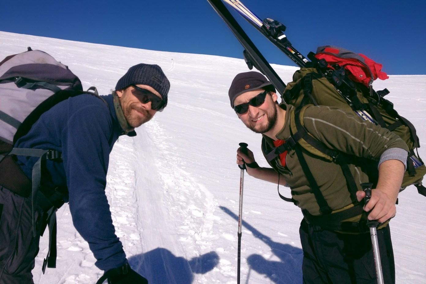 Kosí bratři. Kdo najde na snímku skialpinistu, který jde před námi, má u mě pivo.