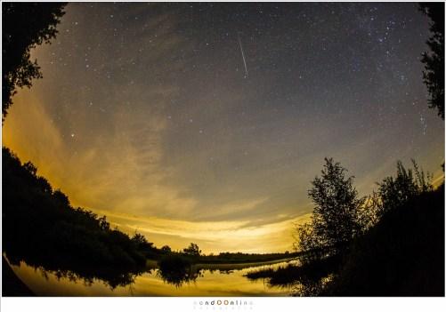 Een meteoriet die afkomstig is uit het sterrenbeeld Waterman. Dit is dus een Aquaride meteoor. (EOS 5D mark III + EF 15mm fisheye - ISO6400 - f/2,8 - t=10sec)