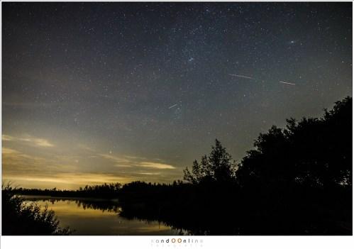 Twee vliegtuigen en een satelliet in een enkele opname. Deze zijn duidelijk herkenbaar, hoewel de helderheid kan verschillen en de knipperlichten soms minder duidelijk zijn (24mm - ISO6400 - f/2,8 - t= 10sec)