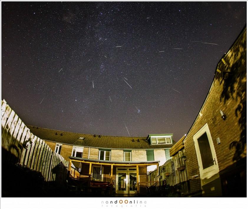 Het resultaat van drie uur fotograferen, twee dagen voor het maximum, gewoon vanuit de tuin met alle lichtvervuiling van de nacht in een stad/dorp. Maar liefst achttien vallende sterren, samengevoegd in deze compilatie (15mm fisheye - ISO6400 - f/2,8 - t=5sec)