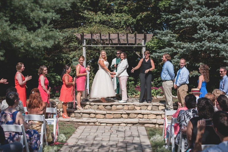 Cheers to the crowd via @offbeatbride