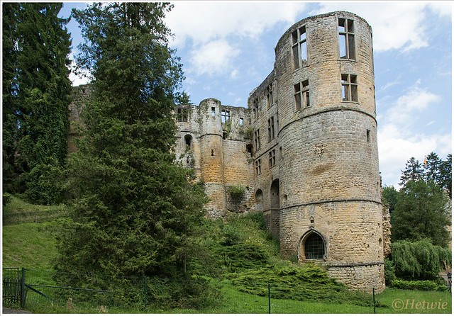 Chateau Beaufort, Luxemburg waar de verschillende bouwstijlen goed te zien zijn.