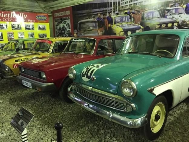 Советское Ралли: Москвич-407 купе 1962 (на переднем плане), ВАЗ – 21013 (на дальнем плане)