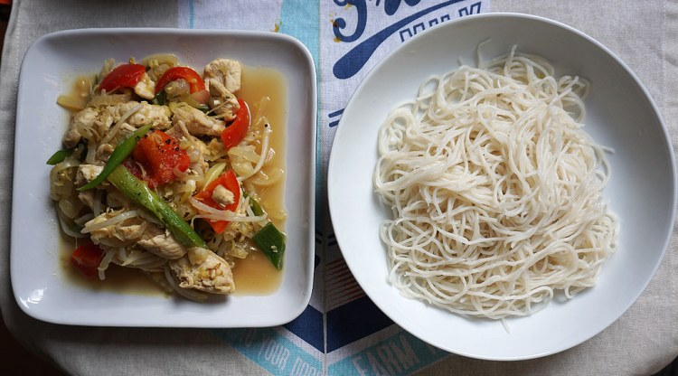 Easy healthy lemongrass chicken with Mama rice noodles