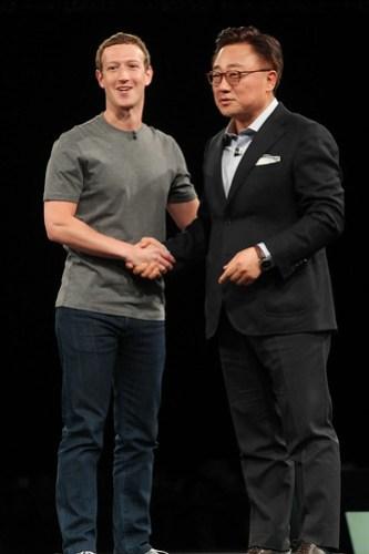 DJ Koh, Presidente de Negocio de Comunicación Móvil, Samsung Electronics junto a Mark Zuckerberg en el #MWC16, anunciaron una alianza especial al popularizar la realidad virtual mediante los Gear VR.