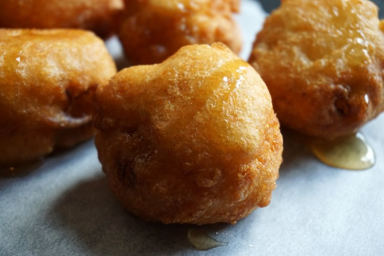 RECIPE: easy gluten free banana coconut fritters made with Doves Farm / Freee Foods gluten free self-raising flour | gluten free recipes | gluten free desserts | gluten free breakfasts | gluten free food | gluten free UK | Recipe by Kimi Eats Gluten Free