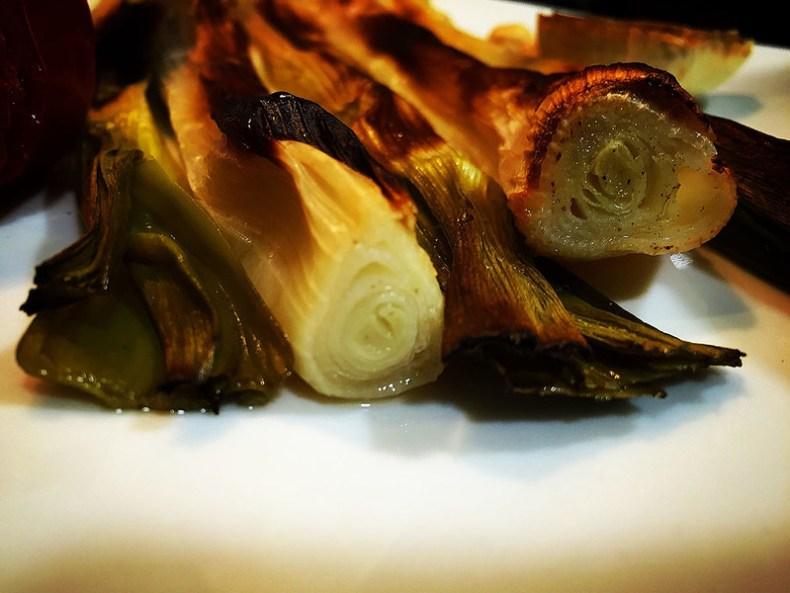 Calçots con salsa romesco. calsots. koketo