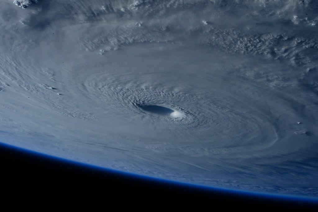 Imagen gratis del ojo de un huracán desde el espacio