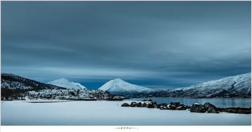 Ongerepte natuur tot aan de horizon. De weinige bewoning valt in het niet tussen de bergen en meren van de Lofoten. Het is alsof de mens hier een vredig evenwicht met de natuur heeft gevonden.