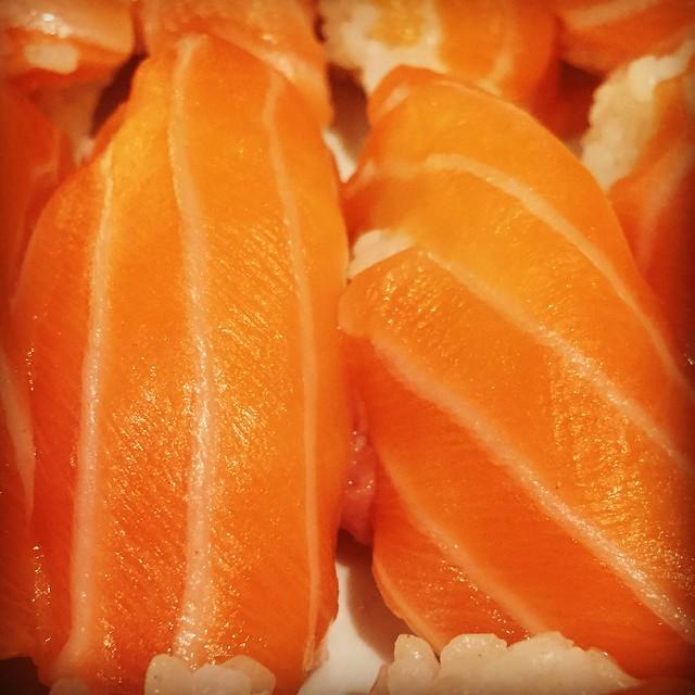 Nigirizushi o sushi de salmón