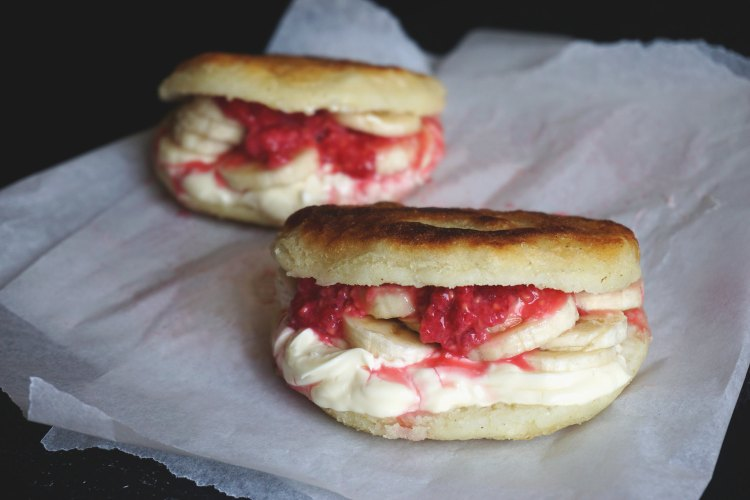 banana, cream cheese and raspberry sweet breakfast arepas - gluten free arepas - www.kimieatsglutenfree.com