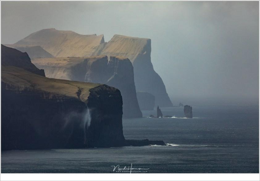 Faeröer eilanden - deel 3, Risin en Kellingin fotograferen vanaf de vuurtoren op het eiland Kalsoy vergt een flinke telelens 400mm   ISO200   f/8   1/1600)(