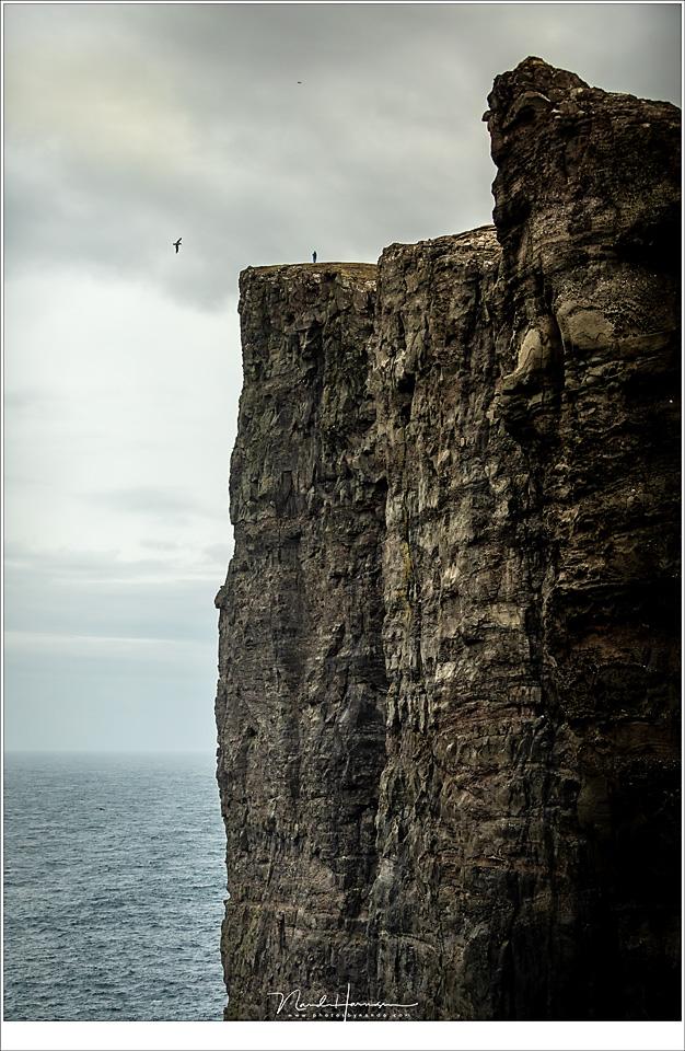 Faeröer eilanden - deel 3, De rots Trælanípa. Daar boven, waar het kleine poppetje te zien is, stond ik. Nu nog krijg ik de rillingen als ik er aan denk (70mm   ISO800   f/2,8   1/6400)