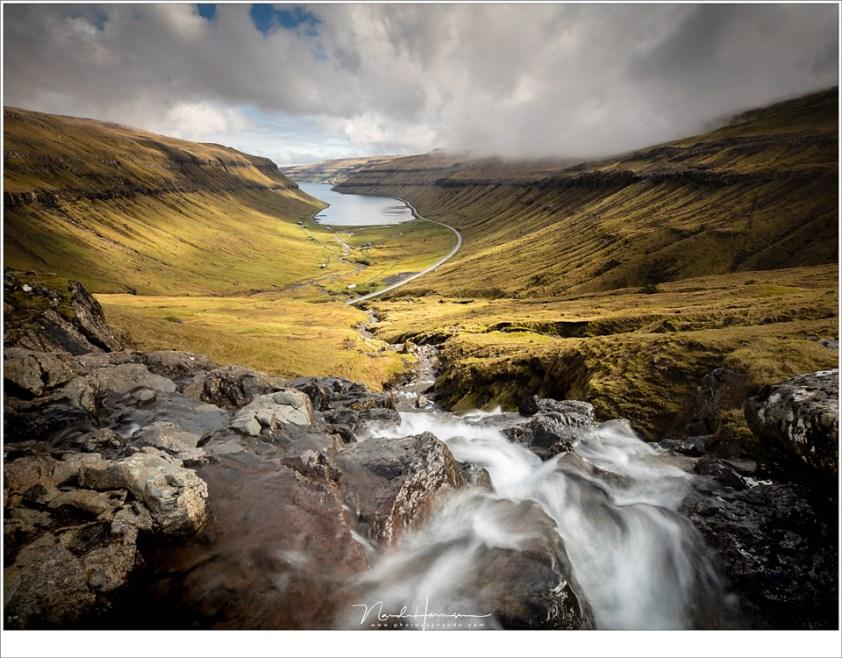 Faeröer eilanden - deel 1, Het fjord Het fjord Kaldbaksfjørður Gezien vanaf de oude weg Oyggjarvegur naar de hoofdstad Tórshavn.