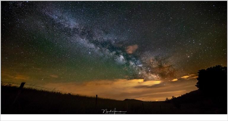 De Melkweg in volle pracht, met een klein beetje resterende bewolking en een hint van air-glow (de groene tint). (EOS 5D mark IV + Loawa 12mm | ISO6400 | f/2,8 | 15 sec)