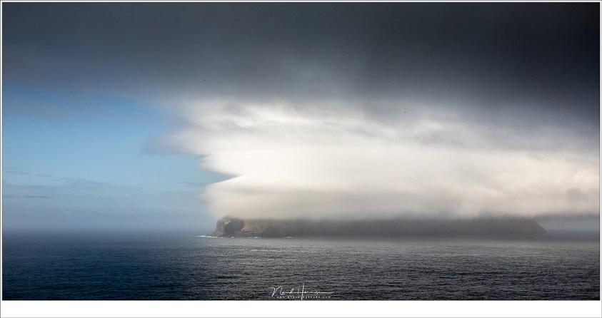 Faeröer eilanden - deel 2, Het eiland Mykines in de wolken. Geen best moment om daar op het eiland te vertoeven... of misschien toch wel? De veerdienst voer niet, en de helikopter ook niet. (41mm | ISO400 | f/9 | 1/1250)