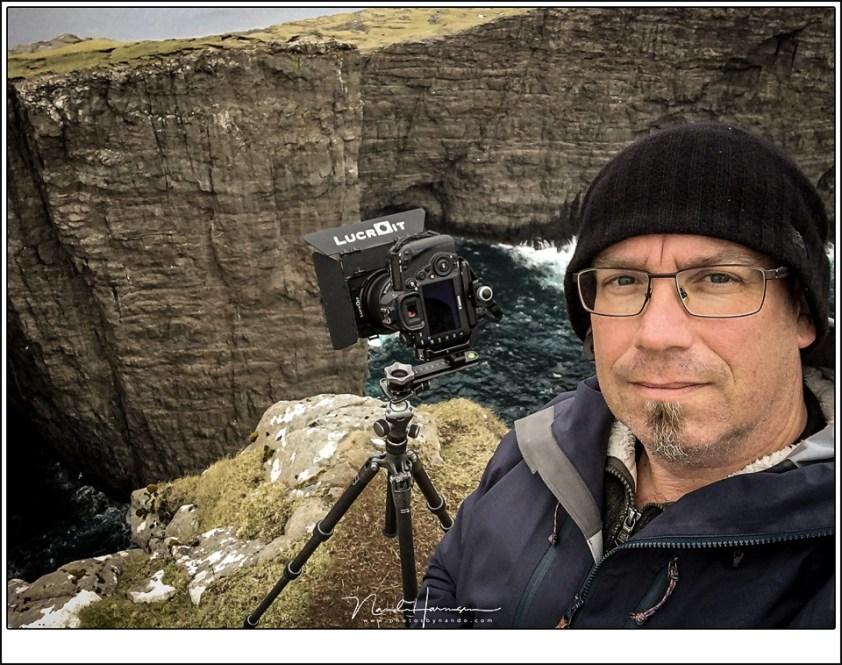 Faeröer eilanden - deel 3, Doodeng, maar fantastisch indrukwekkend dat ik de stap naar de rand heb gezet.. Het was zo bijzonder dat ik er een selfie aan gewaagd heb.