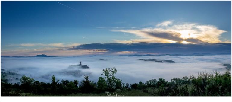 Een panorama van 3 opnames, met de burcht van Polignac boven de mist die over het land ligt. Een fantastische ochtend die ik mijn deelnemers kon bieden. (EOS M50 + EF-M18-150mm @ 18mm | ISO100 | f/8 | 1/250)