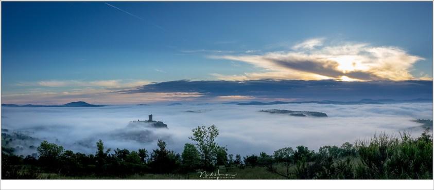 Een panorama van 3 opnames, met de burcht van Polignac boven de mist die over het land ligt. Een fantastische ochtend die ik mijn deelnemers kon bieden. (EOS M50 + EF-M18-150mm @ 18mm   ISO100   f/8   1/250)