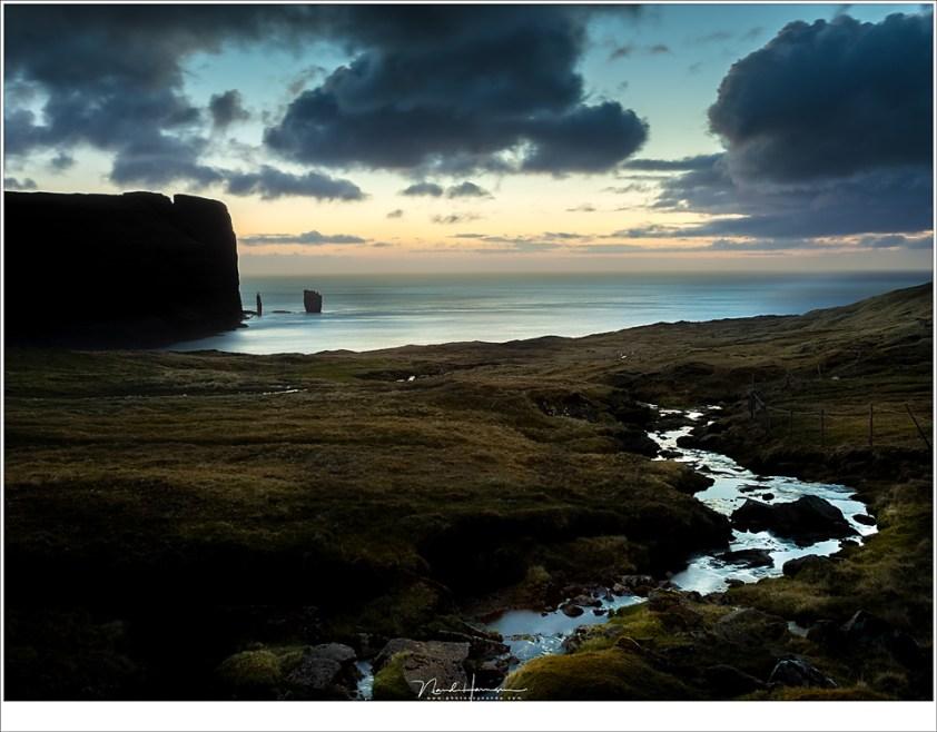 Faeröer eilanden - deel 3, Risin en Kellingin in de avondschemering vanaf een punt hoog boven het stadje Eiði (35mm   ISO200   f/11   6 sec)