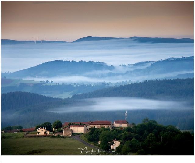 Een prachtig vergezicht, hoog boven de met mist gevulde dalen (EOS M50 + EF-M18-150mm @ 150mm | ISO500 | f/8 | 1/250)