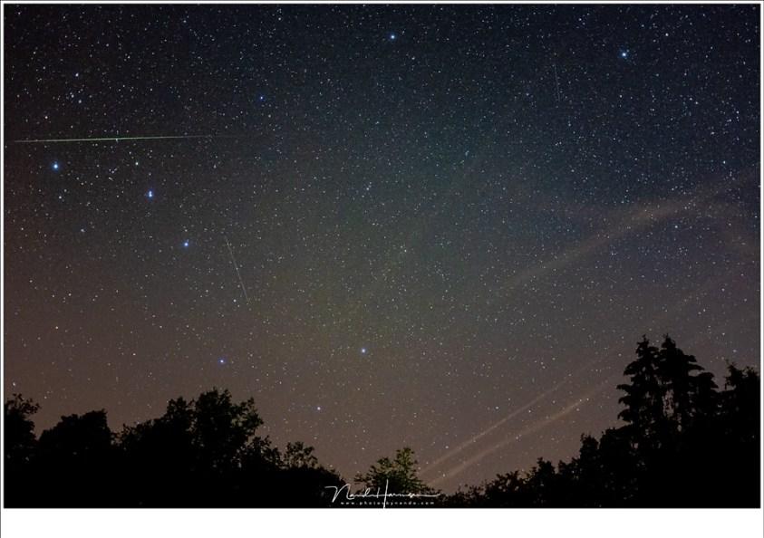Een vallende ster boven het sterrenbeeld Grote Beer (Fujifilm X100t | ISO6400 | f/2 | 10 sec)