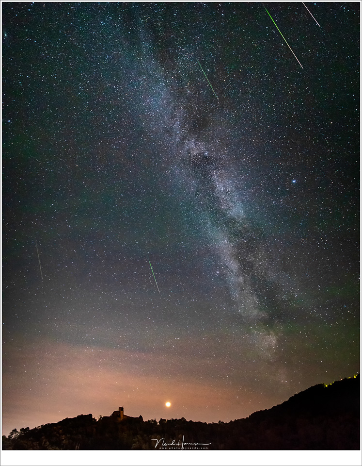 De Melkweg, Mars en kasteel Bourscheid dat niet langer verlicht is, en de Perseïden meteoren die tijdens het fotograferen op die plek zijn gevallen. (EOS 5D mark IV + Laowa 12mm | ISO6400 | f/2,8 | 10sec)