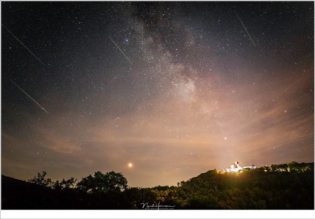 Compilatie van een aantal opnamen met een Perseïde meteoor; het resultaat van een uur lang fotograferen in de nacht van 11 op 12 augustus, de nacht voorafgaand aan het maximum (EOS 5D mark IV + Ef16-35L III @ 16mm | ISO12800 | f/2,8 | 10 sec)