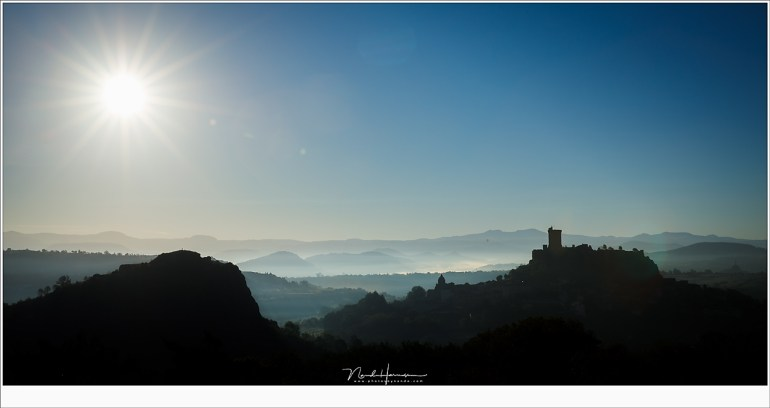 De dag is weer begonnen; het uitzicht op de ruïne van Polignac met links in silhouet de bergtop die we de komende edities zeker (weer) zullen beklimmen.