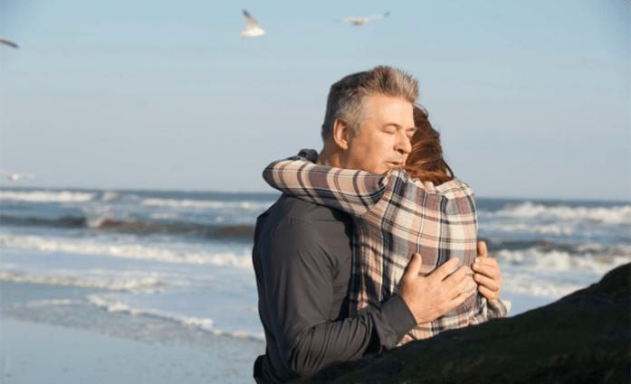 Fotograma de la película Still Alice, donde los personajes John (Alec Baldwin) y Alice (Julianne Moore) aparecen abrazándose.