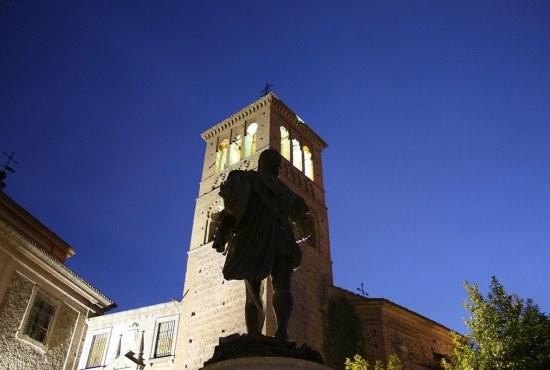 Torre de la Iglesia de San Román, con la escultura dedicada a Garcilaso de la Vega.