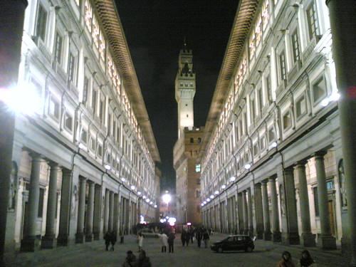 Galería Uffizi con el Palacio Vecchio al fondo. ViajerosAlBlog.com.