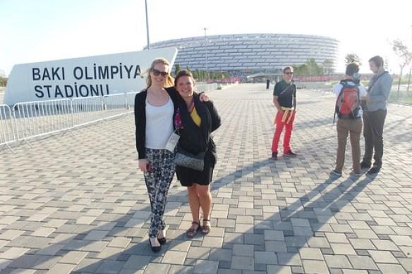 11. Louise en Heidi bij Baku stadium