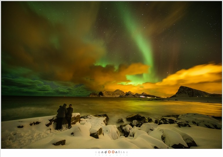 Samen met Hetwie op het strand van Storsandnes terwijl het noorderlicht door de hemel danst (12mm - ISO6400 - f/2,8 - t=15sec)