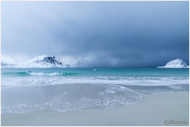 azuurblauwe zee op Haukland beach.