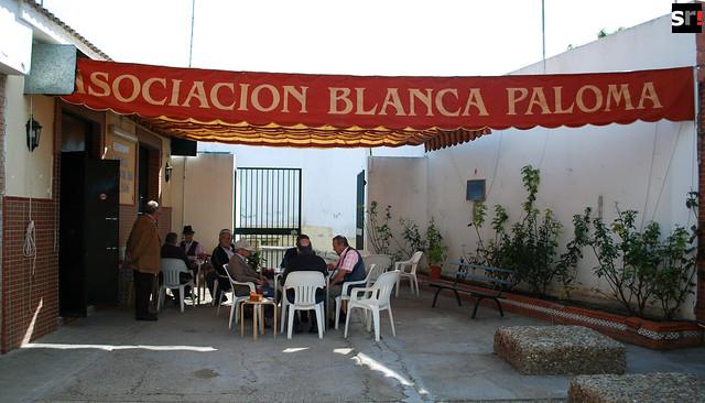 La Asociación para la Tercera Edad Blanca Paloma es el único refugio de actividad y lugar de reunión, en varios kilómetros a la redonda, con el que cuentan los mayores de Tres Barrios